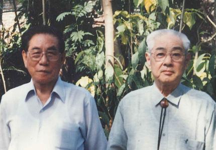 石井正治さん(左)と父。インドネシアにて