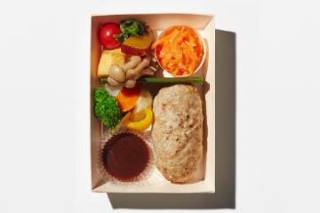 黒毛和牛の手ごねハンバーグポルチーニソースと産直野菜寿司の謹製二段重
