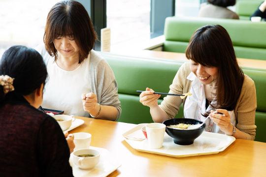 「野菜がおいしい」「毎日メニューが変わってうれしい」「お昼休みが毎日楽しみです」と社員さんからはうれしい声が届きます。女性社員の利用率、評価が高いのが特徴です。