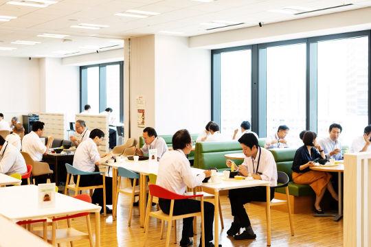ビルの11階にある食堂の大きな窓が開放的で、明るく気持ちのいい食堂です。まどごしには東京スカイツリーが望めます。