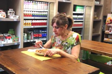 イタリアの食堂で、ゼンパスタメニューを食べる女性