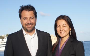 ミライインターナショナルのロレンゾ・シモニーニさん(写真左)とシモニーニ裕子さん